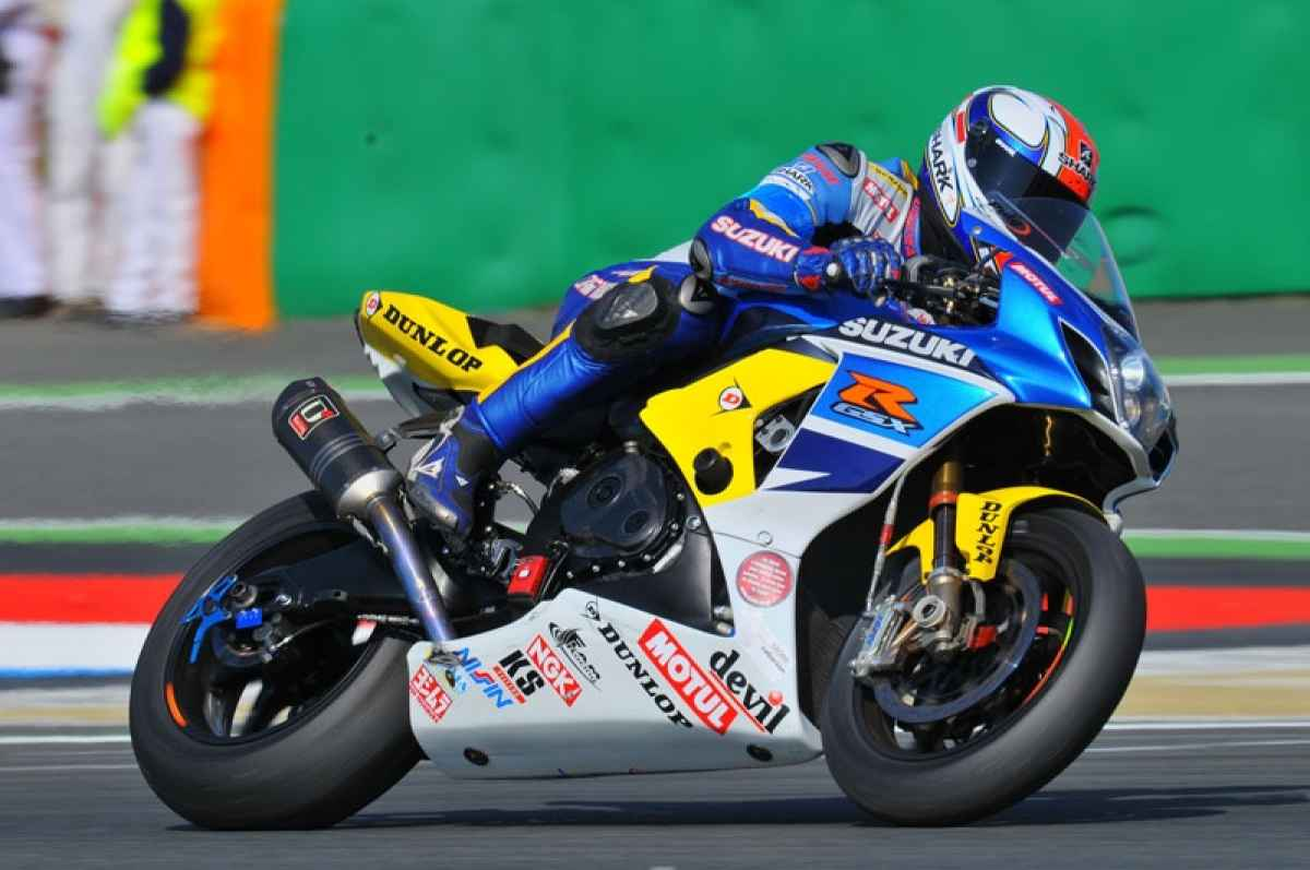 146-1109-01-z+24-hours-moto+suzuki-endurance-racer-in-action